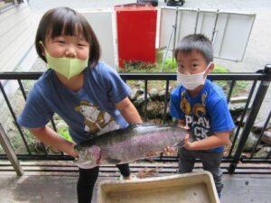 釣り堀で子どもが釣ったニジマス