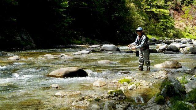 ルアーフィッシングを楽しむ釣り人