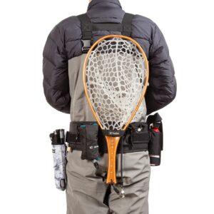 渓流フィッシングベルトにランディングネットを装着した様子